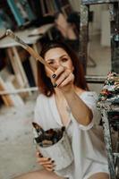 kvinnlig konstnär hand som håller pensel foto