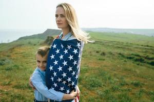ensamstående mamma med son på självständighetsdagen i usa foto