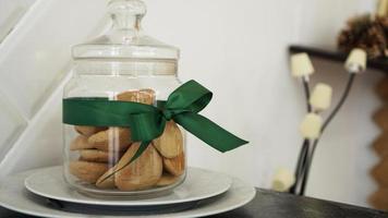 friska kakor med torkad frukt och nötter i en glasburk foto