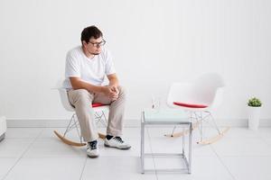 porträtt av en trött man, stressad och med huvudvärk foto