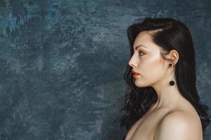 porträtt en snygg kvinna på en grå bakgrund foto