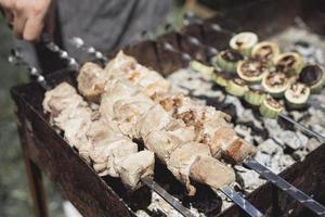 laga grillad kebab på metallspett foto