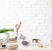 naturlig hemlagad kosmetika på vitt bord med kopieringsutrymme foto