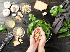 steg för steg förbereda italiensk pestosås. steg 5 - tillsättning av nötter foto