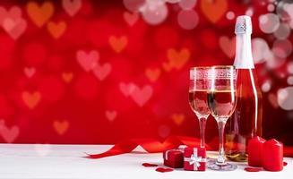 två champagneflöjtglas på vacker bokeh -bakgrund foto