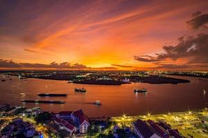 thailand. solnedgång över chao phraya floden, orange himmel. foto