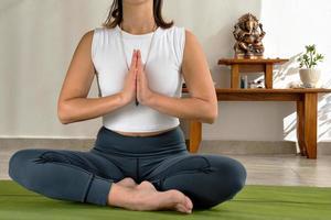 ansiktslöst skott av kvinna som mediterar foto