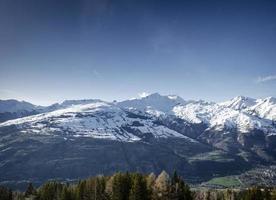 soligt franska alpernas landskap och snöig bergsutsikt i les arcs skidort nära bourg saint maurice frankrike foto