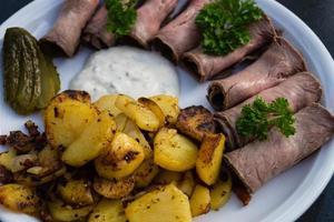 rostbiff med stekt potatis och remoulad foto