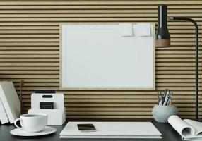 ett arbetsrum med en bok placerad på ett svart bord med en bildram. foto