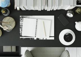 ett arbetsrum med anteckningsbokspennor foto