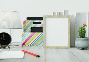 ett arbetsrum med en bokpennor och klockor på det vita bordet foto