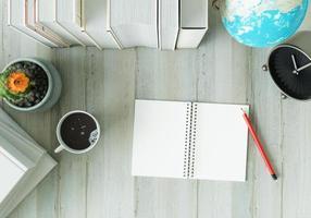 ett arbetsrum med anteckningsbokspennor och klockor foto