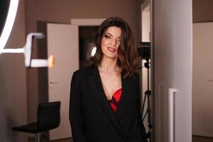 ung vacker sexig modell poserar i fotostudio. studio fotoljus foto