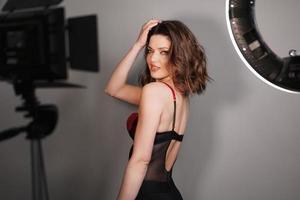 ung vacker sexig modell poserar i fotostudio foto