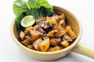 batata harra libanesisk mellanöstern kryddig stekt vitlök ört potatis mellanmål mat foto