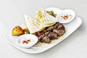 traditionell mellanöstern mat blandad bbq grillad kött tallrik uppsättning måltid foto