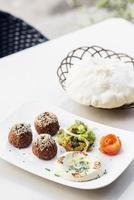 falafel hummus houmus förrätt mellanmål mellanöstern mat mezze tallrik foto