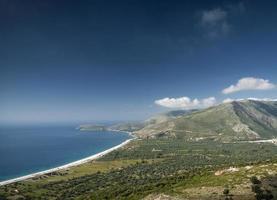 Joniska Medelhavet kusten strandlandskap i södra Albanien norr om Sarande på väg till vlore foto