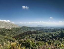 södra albanien landsbygd naturskön landskapsvy en solig dag nära sarande foto