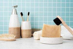 badtillbehör med bambuborstar, handgjord tvål, dispenser foto