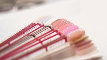 palett av nageldesigner i olika färger med gelpolish foto