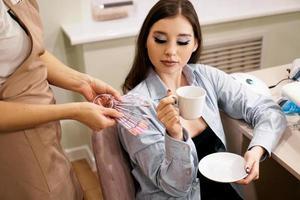 manikören demonstrerar för klientpaletter med färg på naglarna foto