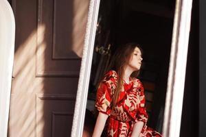 porträtt av kvinna och hennes reflektion i spegeln foto