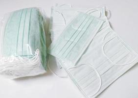 skyddsmasker på en vit bakgrund foto