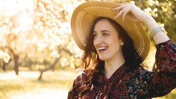porträtt, vacker ung kvinna som bär stråhatt vid solnedgången foto