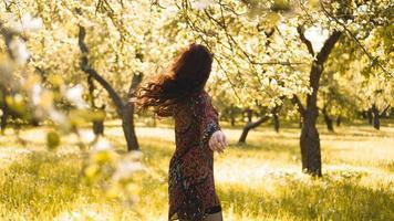 kvinna utomhus. njut av naturen. frisk leende flicka i parken foto