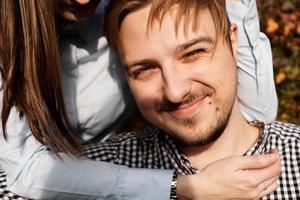sött par som har kul i höstparken foto