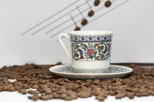en kopp turkiskt kaffe bland kaffekornen foto