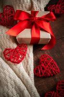 presentförpackning med rött band och hjärtan. foto
