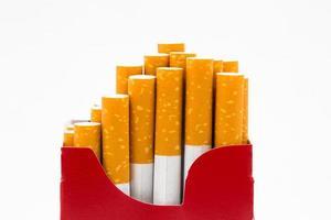 röd låda full av cigaretter på isolerade foto