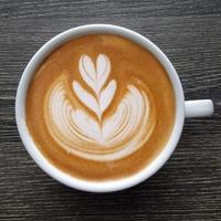 ovanifrån av en mugg latte art kaffe. foto