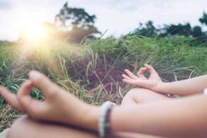 kvinna som tränar yogalektion, andas, mediterar, utomhus. foto