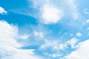 kopiera utrymme minimal koncept av sommar blå himmel och vitt moln. foto