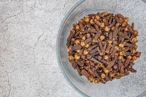 kryddnejlika krydda i klar liten skål foto