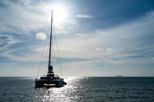 segelbåt på blått hav på sommaren foto