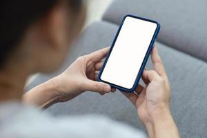 kvinna som använder telefonmodell foto