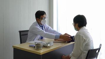 läkare som mäter blodtryck foto