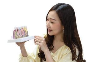 kvinna med leende och håller tandmodell foto