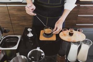barista som gör kaffe på café foto