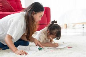 mamma och barn gör läxor foto