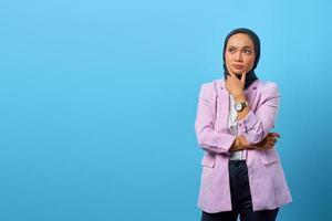 vacker asiatisk kvinna tänker på något och rör vid hennes haka foto