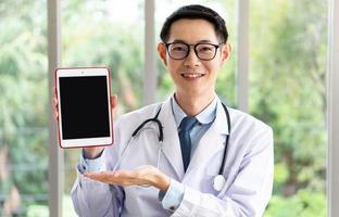 läkare ger information via podcast via digital surfplatta foto
