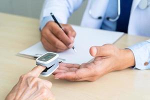 läkare som mäter syremättnad hos patienten foto