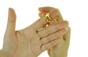 kvinnas hand med guldring smycken foto