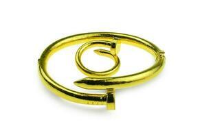 guldarmband och ring på vit bakgrund foto